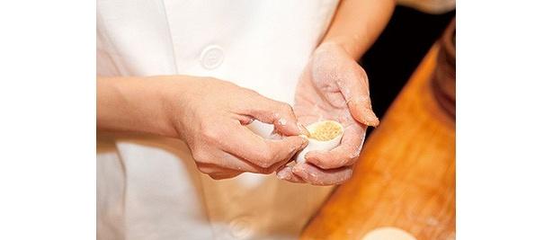 厨房に立つ点心師の素早い手さばきは、ガラス越しから見ることができる/南翔饅頭店 六本木ヒルズ店