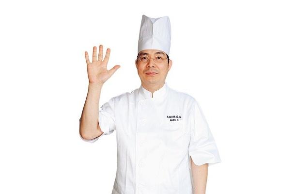 「注文が入ってから包んでいますよ」と、調理長の張愛国さん/南翔饅頭店 六本木ヒルズ店