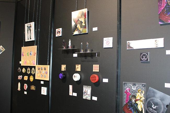 展示会場を出たところにあるアッシュフォード学園購買部では25アイテム74品種の限定グッズを販売