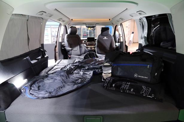フルフラット機能を有した3列シートを倒せば最大3人が寝転がれるスペースができる