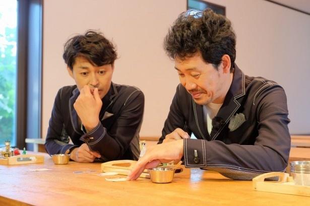 小樽オルゴール堂で手作り体験する安田顕、大泉洋