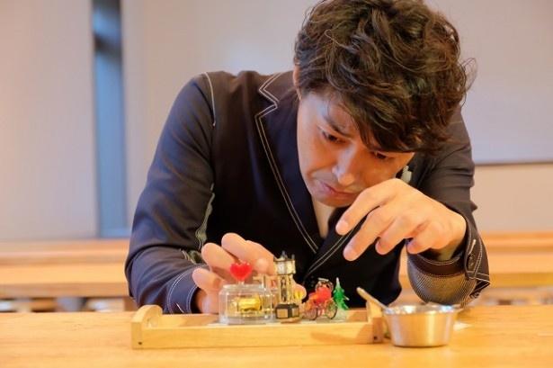 オルゴール作りに集中する安田顕