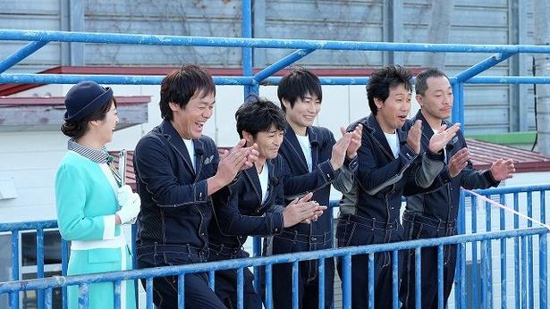 【写真を見る】おたる水族館で笑顔を見せるチームナックスの5人