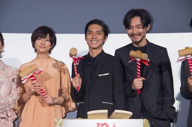 【写真を見る】初めての鏡開きを終え、木村文乃、松田龍平ら共演者と共に笑顔を浮かべる錦戸亮