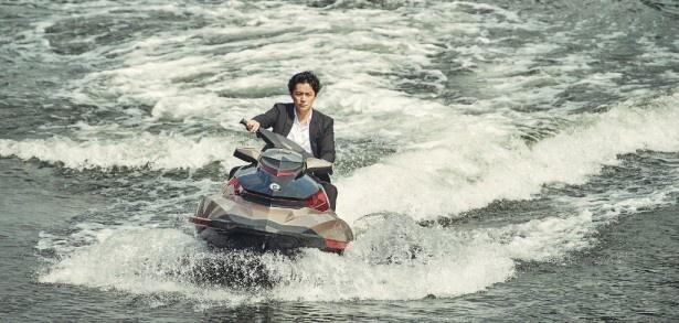 本作のために水上バイクの免許を取得した福山雅治。初心者とは思えぬカッコいい運転姿を披露!