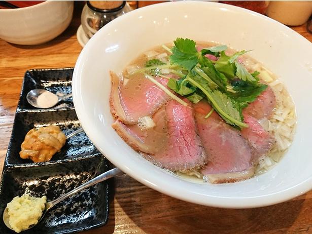 幻の葉山牛を使った葉山牛白湯麺~紫雲丹と生山葵を添えて~(1,500円)。葉山牛のローストビーフもたっぷりのる