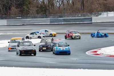 コースサイドに雪が残る中、滑りやすい路面で各車がレース