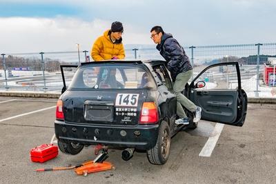 スタート前、少しでもガソリンが入るように車体を揺らしてタンク内の空気を抜く参加者も