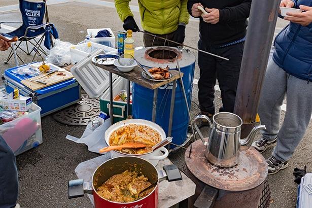 パドックの裏でナンやタンドリーを焼き、カレーを楽しむ参加者