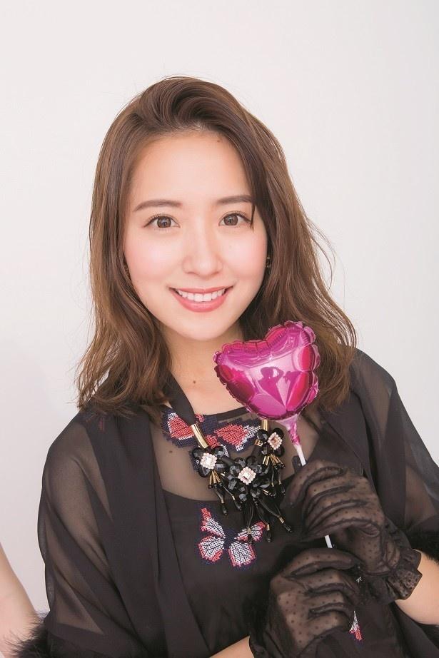 【写真を見る】3期生・佐藤楓がチョコレートを渡した衛藤美彩の美麗グラビア