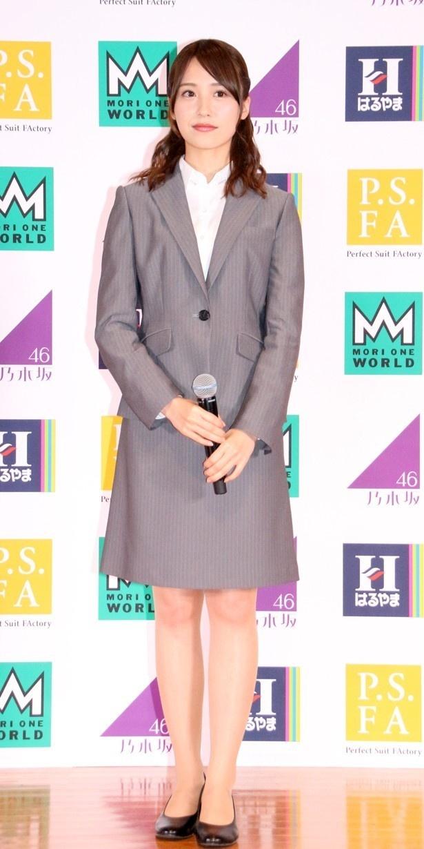 スーツスタイルの衛藤美彩