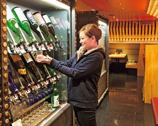 店内にある日本酒用セラーから自分で注げる