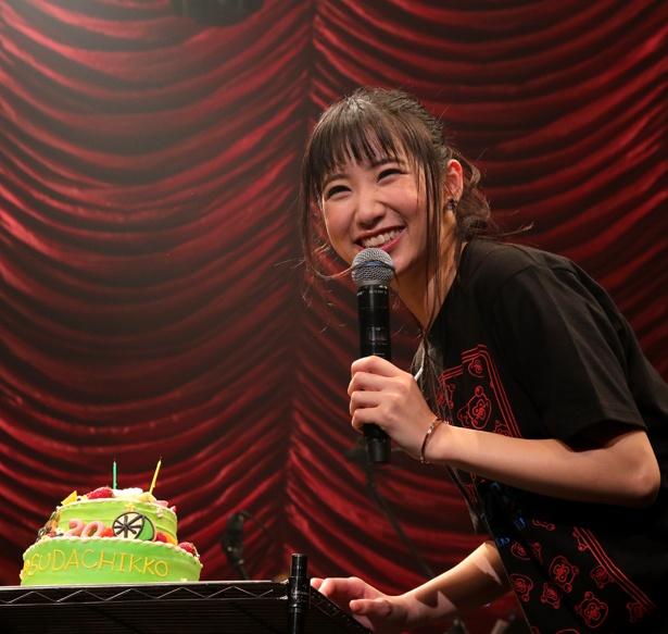上野優華はサプライズでケーキを贈られ、笑顔を見せる
