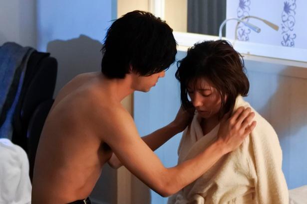 バスローブ姿で男性と二人きりになった杏寿(仲)は、このまま身を委ねてしまうのか…!?