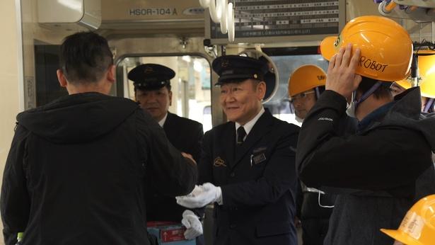 鹿児島県で鉄道の運転士をする晶(有村)の義父・節夫(國村隼)