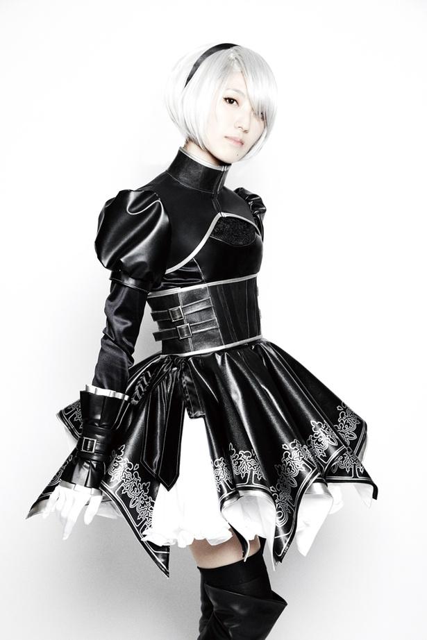 ヨルハ二号の衣装に身を包む主演の石川由依。刀を使った迫力の殺陣は、音楽演奏と並ぶ今舞台の見どころだ