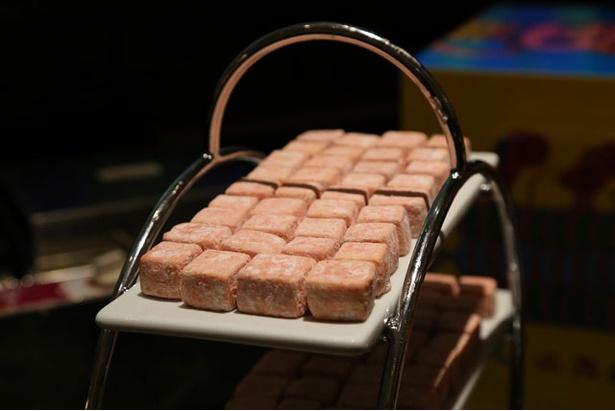 クッキー生地に苺のフリーズドライパウダーをまぶした「苺のブールドネージュ」