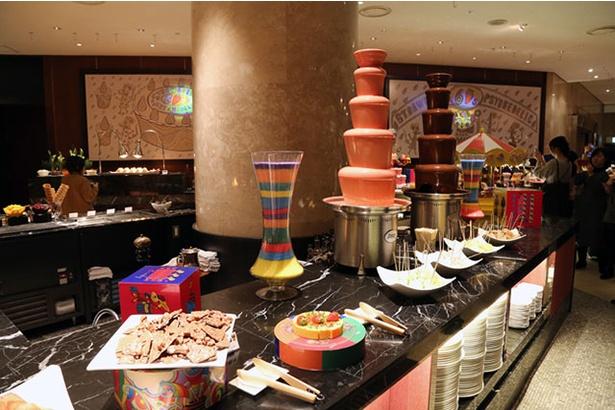 2種類のチョコレートファウンテンに、マシュマロ、バナナブレッド、カットパイナップル、カットメロンの計4つのトッピングを用意