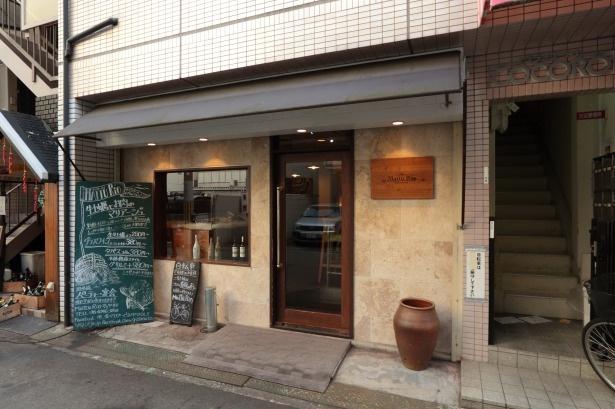 JR環状線福島駅北側徒歩3分という好立地。カキとお肉の両方食べられる魅力的な店