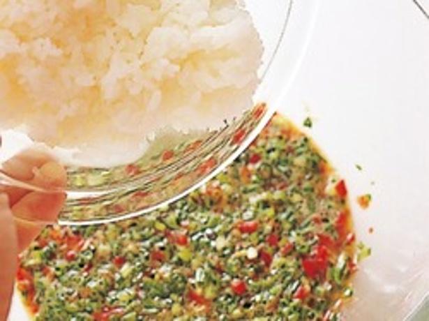 卵を溶きほぐして野菜としょうゆを加えたら、ご飯を入れてよく混ぜる。ご飯に卵がからんだら、焼きはじめる。
