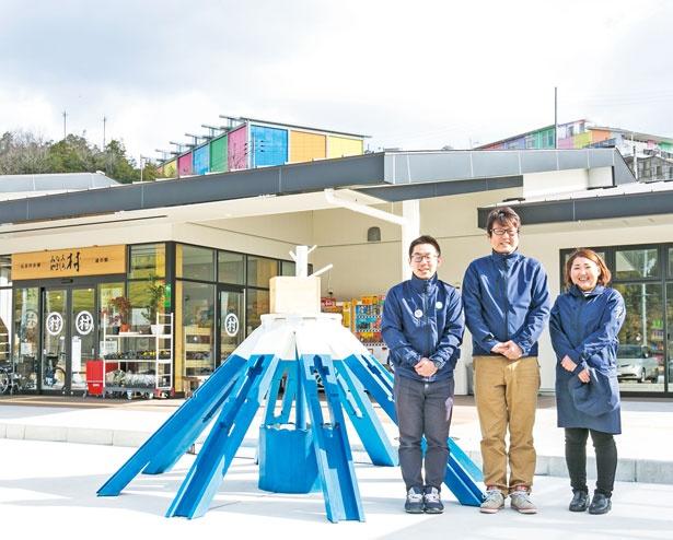 左から主任の中村道裕さん、社長の森本健次さん、スタッフの森脇里紗さん。ユニホームは村で着られていた藍染の作業着をイメージ