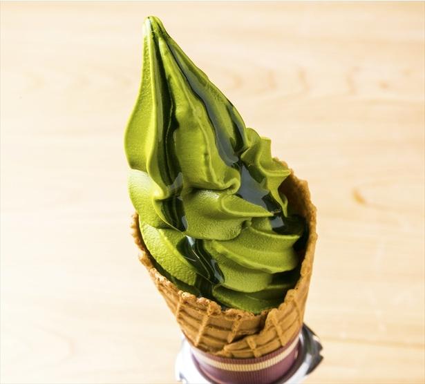 【画像を見る】村抹茶ソフトクリーム400円。抹茶をそのまま食べているような濃厚さ