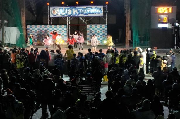 寒そうなステージ衣装でパフォーマンスする北海道発育成型フルーツアイドル「フルーティ-」