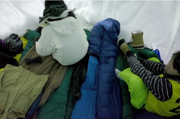 寝袋やマットを広げ、寝床も確保!