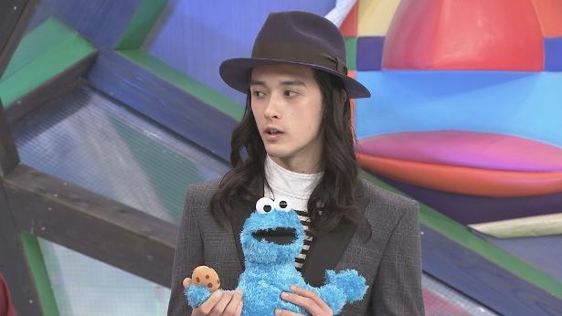 """【写真を見る】栗原類のお気に入りは、""""宇宙で1番クッキーを愛している""""クッキーモンスター"""