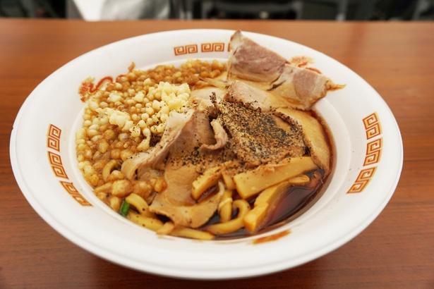 「富山えびすこ」の「漢の肉盛り富山ブラックチャーシュー麺」
