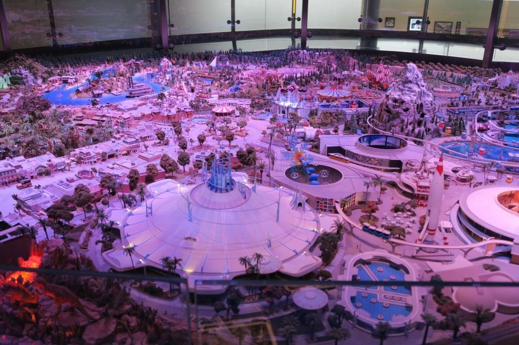 """数々のライドはもちろん、パークを楽しむ人々まで精巧に作られている""""the Disneyland of Walt's Imagination"""""""