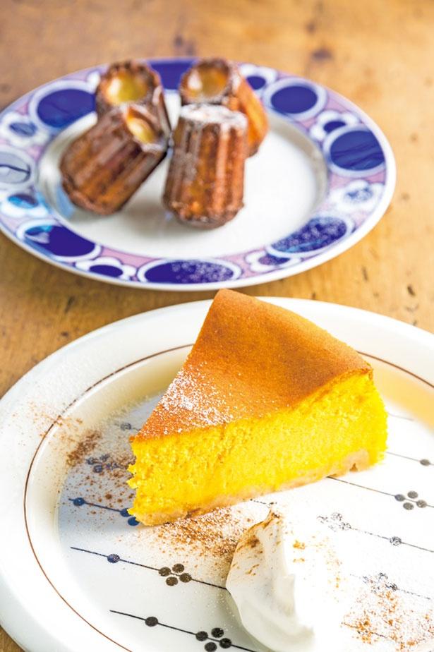 かぼちゃのチーズケーキ594円など、日替り約5種と定番3種のケーキがそろう。写真奥の箕面カヌレ4個380円は、パリパリの表面ともっちりとした食感が人気