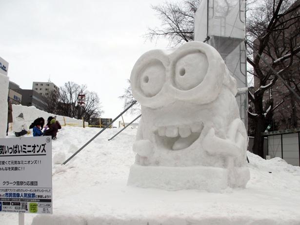大人気ミニオンズの雪像が会場にいくつも登場