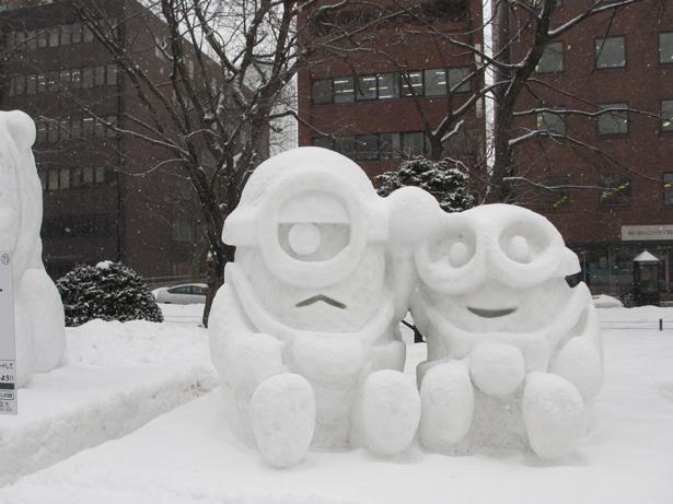 ミニオンズの雪像は特に人気。 写真を撮る方が多く見られました