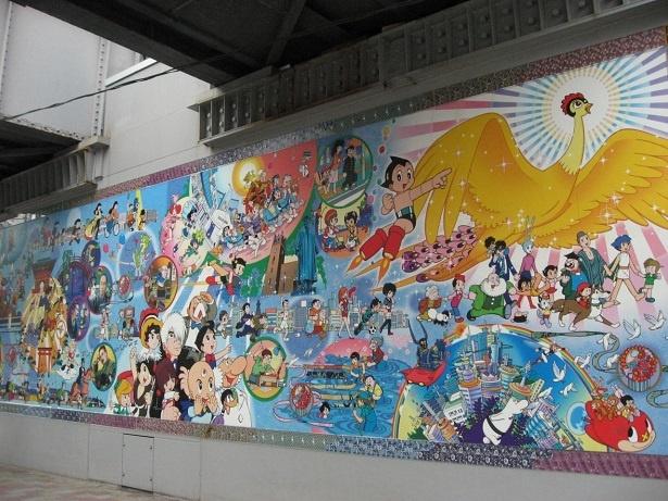 手塚治虫の作品に登場するキャラクターが描かれた駅前の壁画