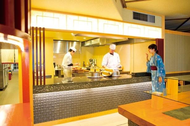 店内はオープンキッチン/和歌の浦温泉 萬波 MANPA RESORT