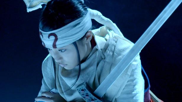 【写真を見る】羌カイに成り切った演技を見せる小島瑠璃子