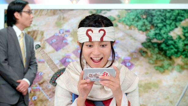 小島瑠璃子が「キンラン」をプレイしながら「めちゃくちゃはまってます。こんなの初めてです」と笑顔