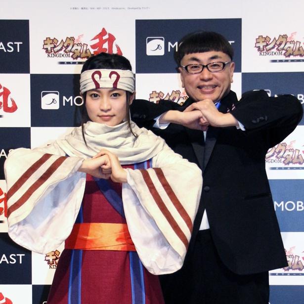 スマホゲーム「キングダム 乱 ~天下統一への道~」発表会に登壇した小島瑠璃子、イジリー岡田(写真左から)