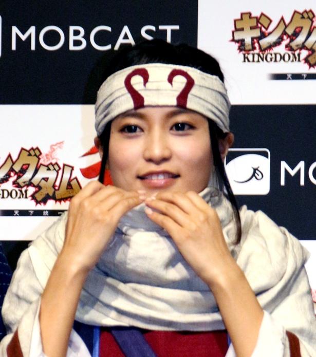 小島はフォトセッションで衣装の細かい位置まで直し、再現度を高める