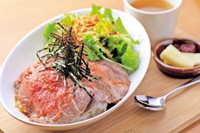 熟成肉を使った「ローストビーフ丼」(1296円)/山と海with日本海牧場