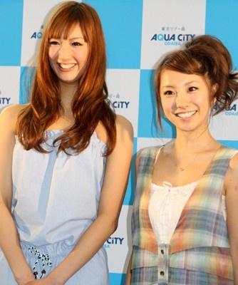 2002年(初代)三愛水着イメージガールを務めた山本梓(右)と、2010年三愛イメージガールの菜々緒(ななお)(左)。先輩・後輩として「アクアシティお台場サマーコレクション」に登場