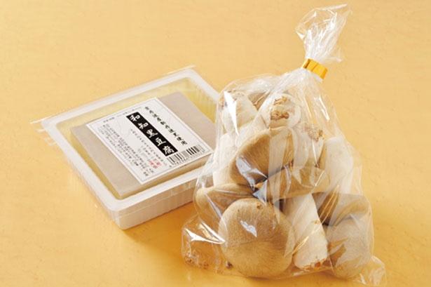 「和知黒豆腐」(334円・左)とここでしか買えない「大黒本しめじ」(540円・右)/京丹波マルシェ