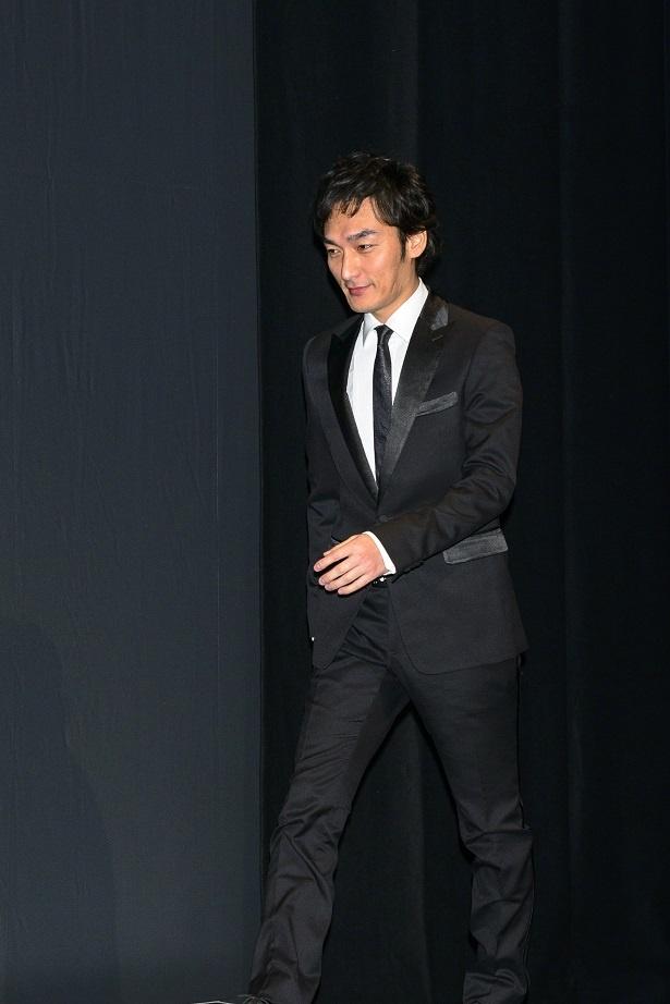 【写真を見る】演出の白井晃は初めて台本を読んだ時から、キャストに草なぎを思い浮かべたという