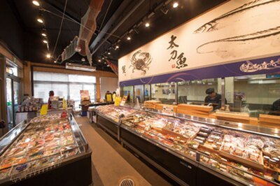 地域応援館では、岸和田漁港直送の新鮮な魚介がそろう海鮮市場も/道の駅 愛彩ランド