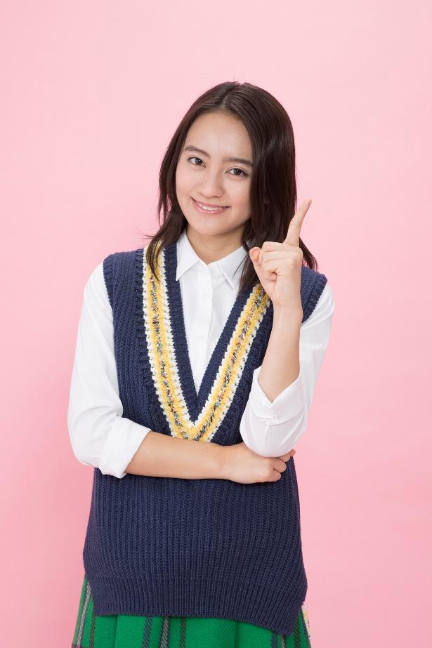 岡田は周囲を巻き込む行動力と明るさで事件を解決に導いていく女子大生・円を演じる