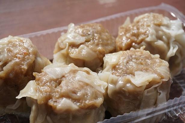 """沖縄の""""アグー""""を使用した「金アグーシューマイ」(500円)。ひと口では入りきらない大きさで、タレなしでも味わえる"""