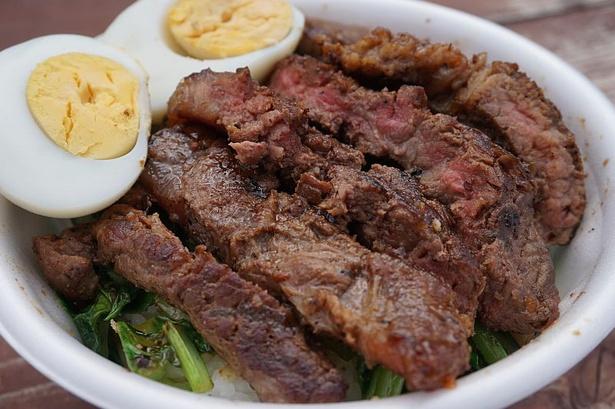 【写真を見る】丼いっぱいに盛られたステーキが食欲をそそる「県産牛のステーキ丼」(1,000円)