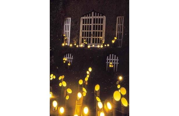 十字にくり抜かれた灯籠が雰囲気抜群の隠れキリシタン洞窟礼拝堂