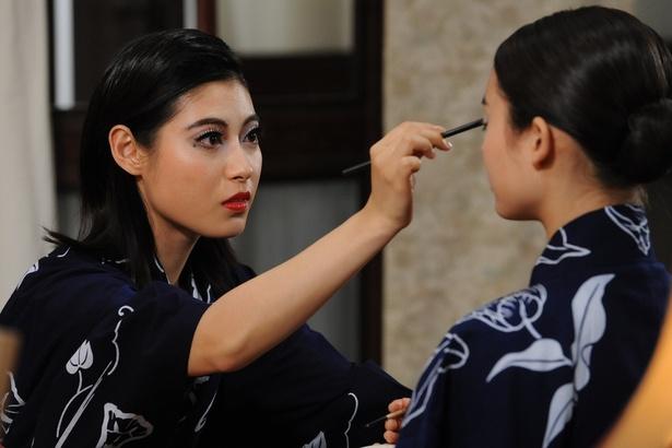 【写真を見る】宝塚歌劇団風のメークをした瀧本美織の美貌にも注目だ